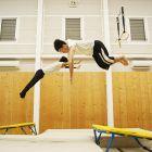 ミニトランポリンで前宙。舞台や屋外でも使えるように練習します。